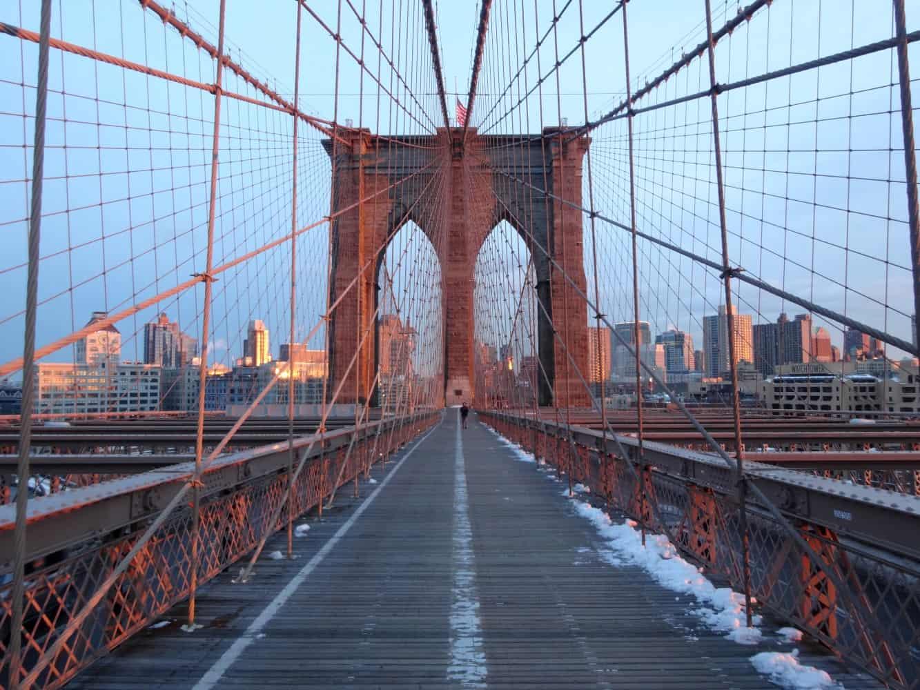 Brooklyn Bridge mit Ausblick auf die Skyline von Brooklyn