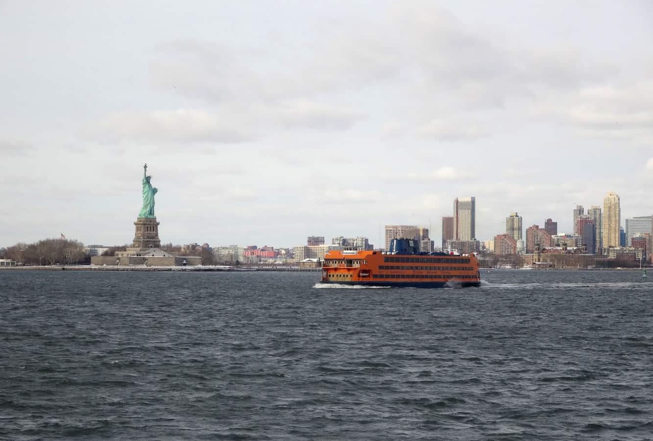 New York Freiheitsstatue mit Staten Island Ferry in der Upper Bay